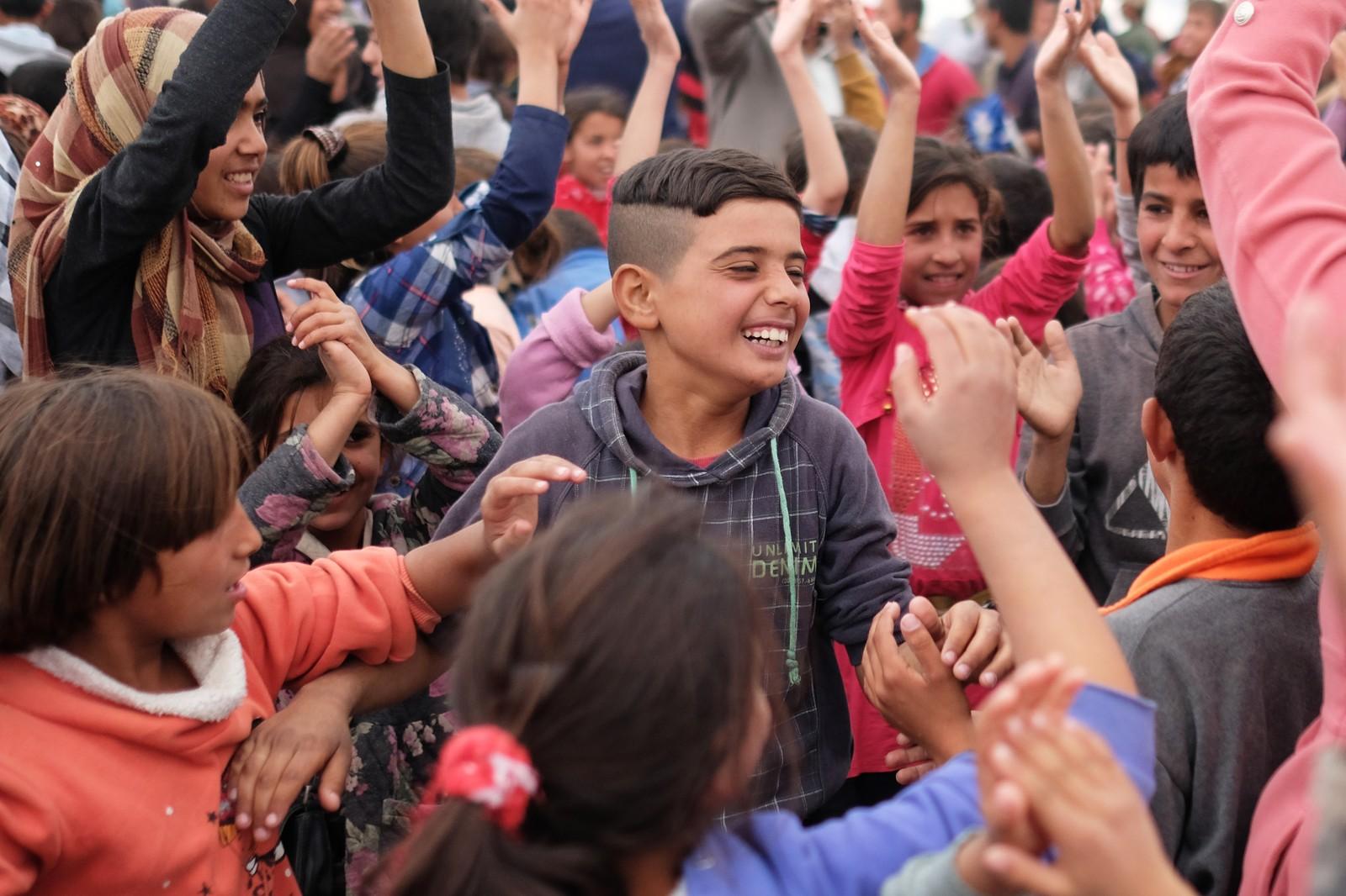 Midt i all elendigheten har barna fått en god nyhet, det skal startes skole i flyktningleiren.