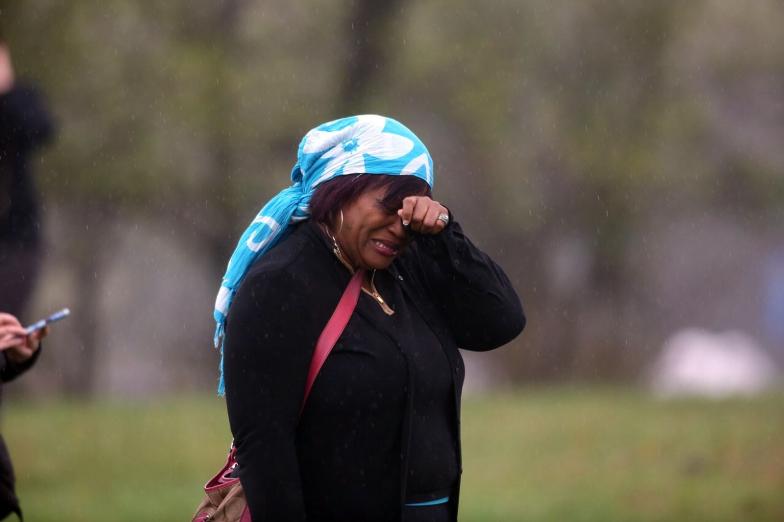 En kvinne gråter i Paisley Park. Hun har akkurat mottatt nyheten om artisten Prince's død. Prince er omtalt som et musikalsk geni.