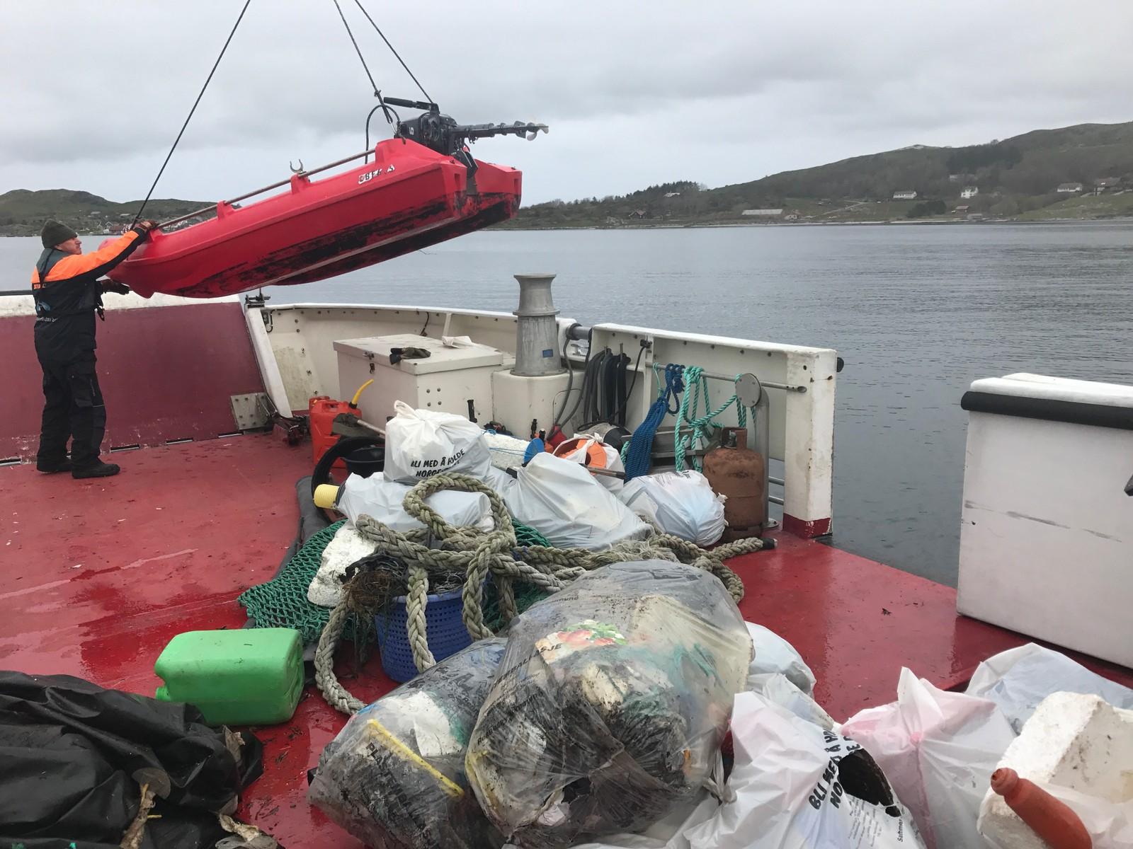 Frode Kvanvik og familien har funnet store mengder avfall i Knarravika på Mosterøy. Ryfylke Friluftsråd bidrar med henting.