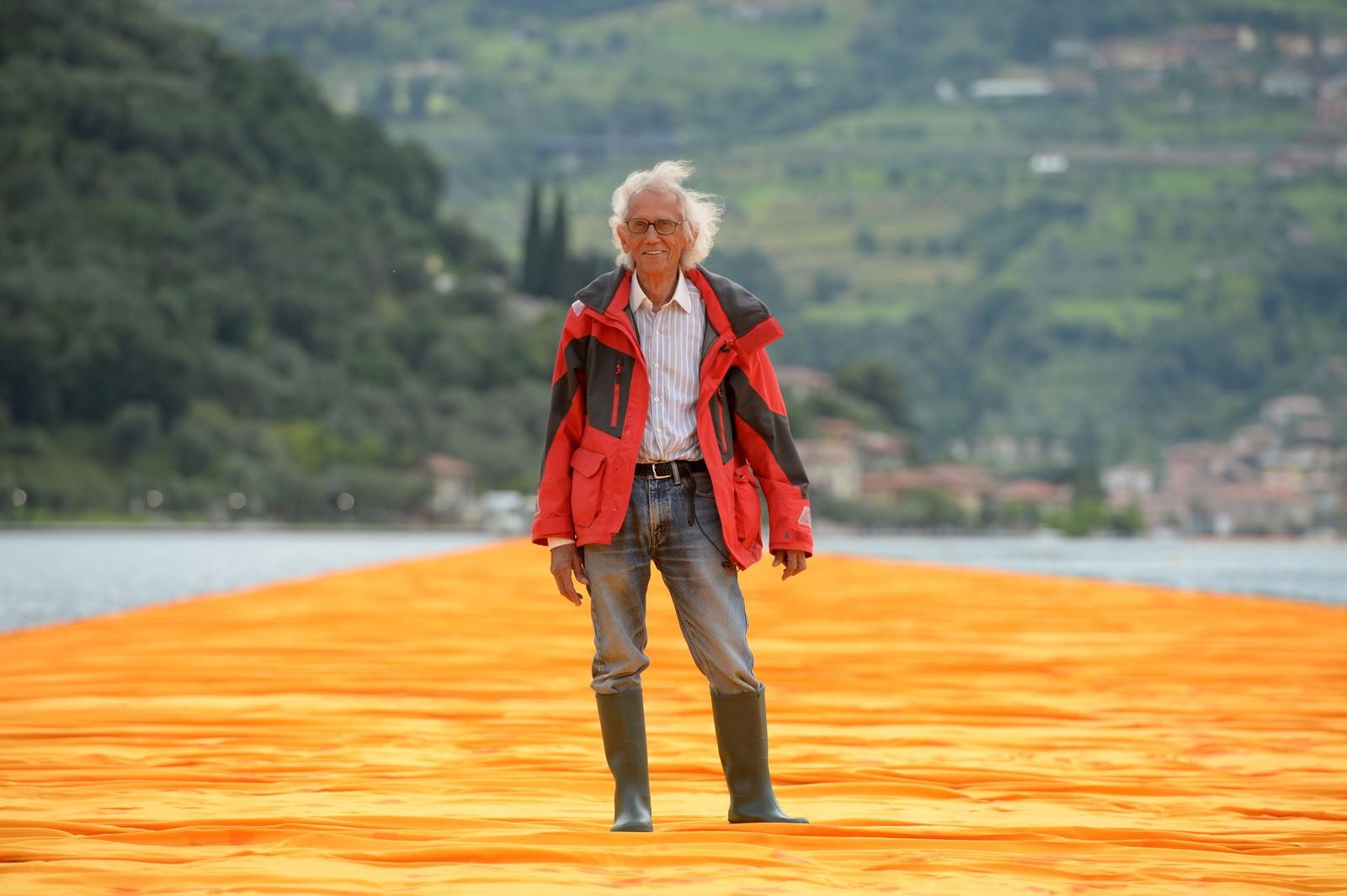 Kunstneren Christo Vladimirov Javacheff, også kjent som bare Christo, stående på sin egen installasjon midt i Iseosjøen. Tidligere har kunstneren blant annet utstyrt New Yorks Central Park med flere tusen oransje porter og pakket Riksdagsbygningen i Berlin inn i papir.
