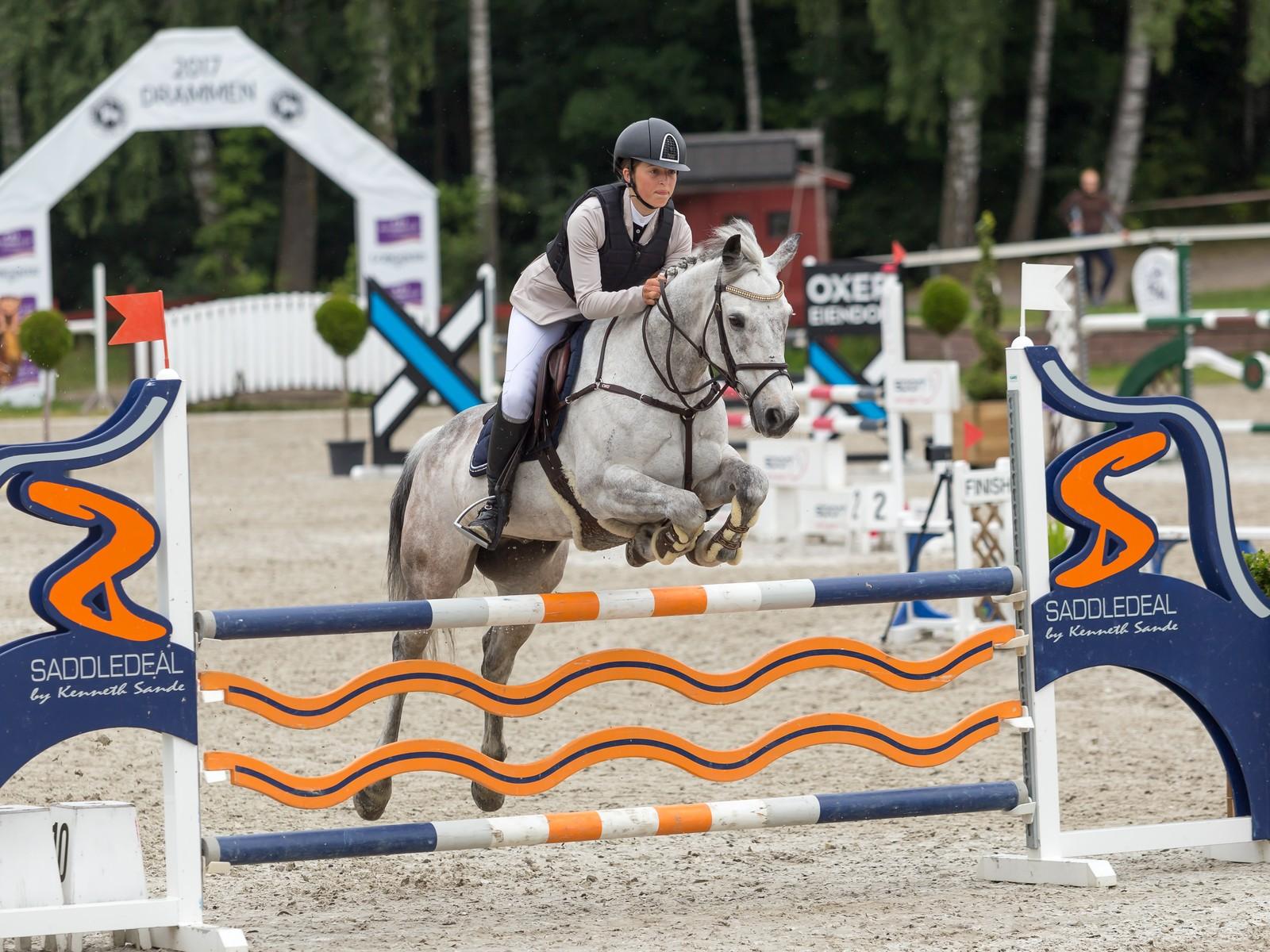 Madeleine Berheim Skaar vant NM-gull i ponni kategori 2. Her på den irske ponnien My Irish Luck.