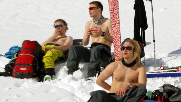 Ungdommer i bar overkropp på skitur slapper av i solen - Foto: Martin Hauge-Nilsen