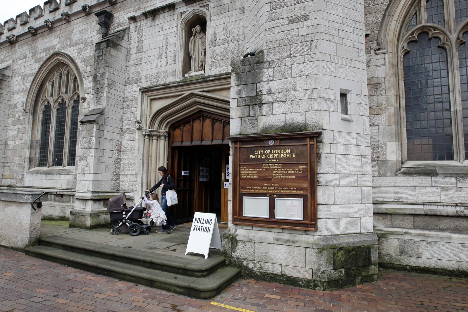 I kirken St-Giles-without-Cripplegate, sentralt i London, kan man be til høyere makter om det utfallet man ønsker seg mens stemmen avgis.