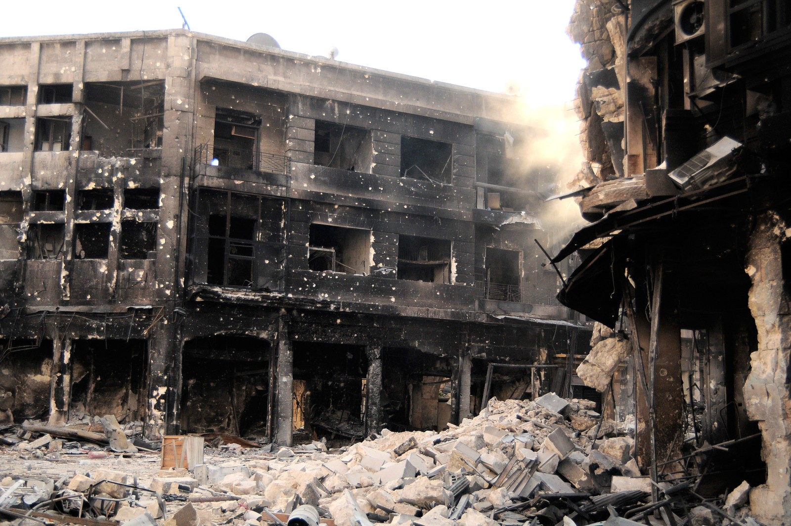 Helt ødelagte hus kan sees midt inne i gamle Aleppo som står på UNESCOs verdensarvliste.