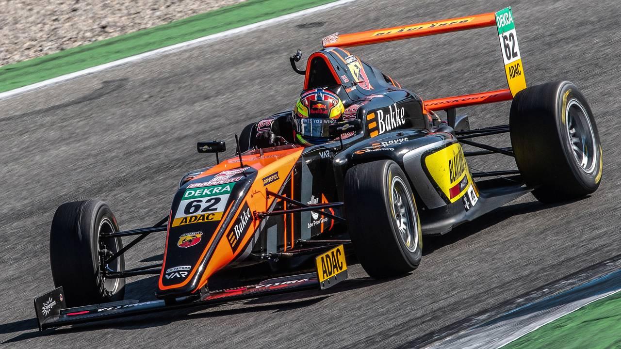 Dennis Hauger i bilen han kjørte i det tyske Formel 4-mesterskapet i 2019