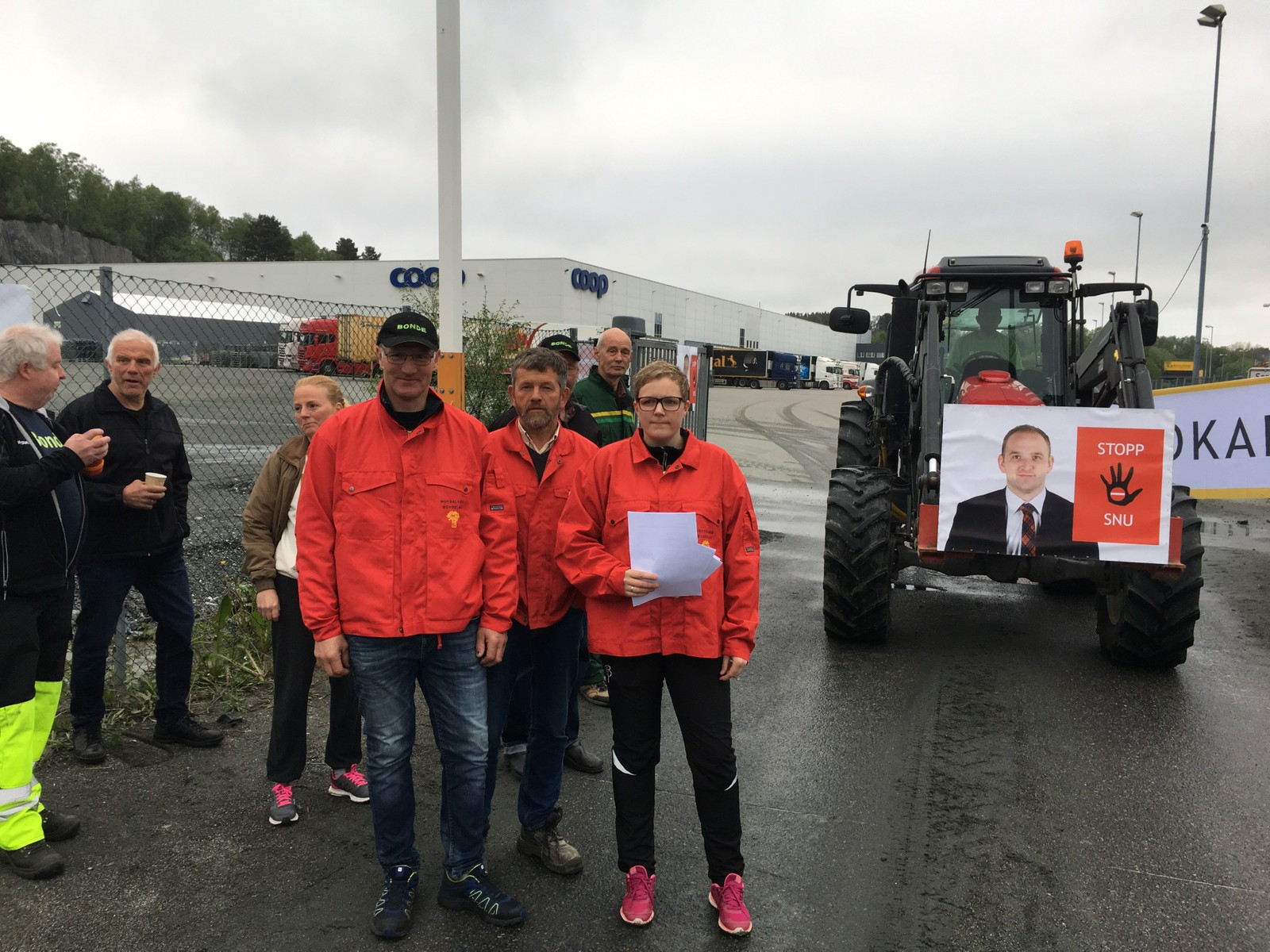 Ved Coop sitt lager i Bergen vart det ampert fredag morgon. Ein lastebilsjåfør hadde ikkje tid til å venta på at bøndene sin aksjon var ferdig, og køyrde ned sperringane. Men stort sett gjekk det fredeleg for seg, fortel leiar Bodil Fjelltveit i Bergen Bondelag.