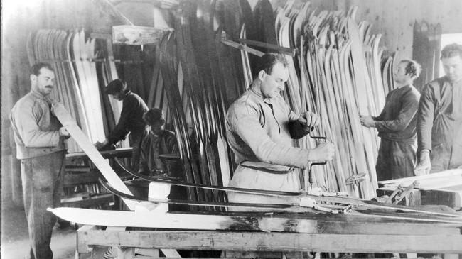 Dei fire brørne Åsnes som starta skifabrikken på Straumsnes i arbeid. Til venstre Kristian, midt i biletet med borvinda Kolbjørn, vidare mot høgre Jonas og Leif. I bakgrunnen til høgre for Kristian sønene til Jonas, Lars (med høvel) og Jon i arbeid. Frå Åsnes si biletsamling.