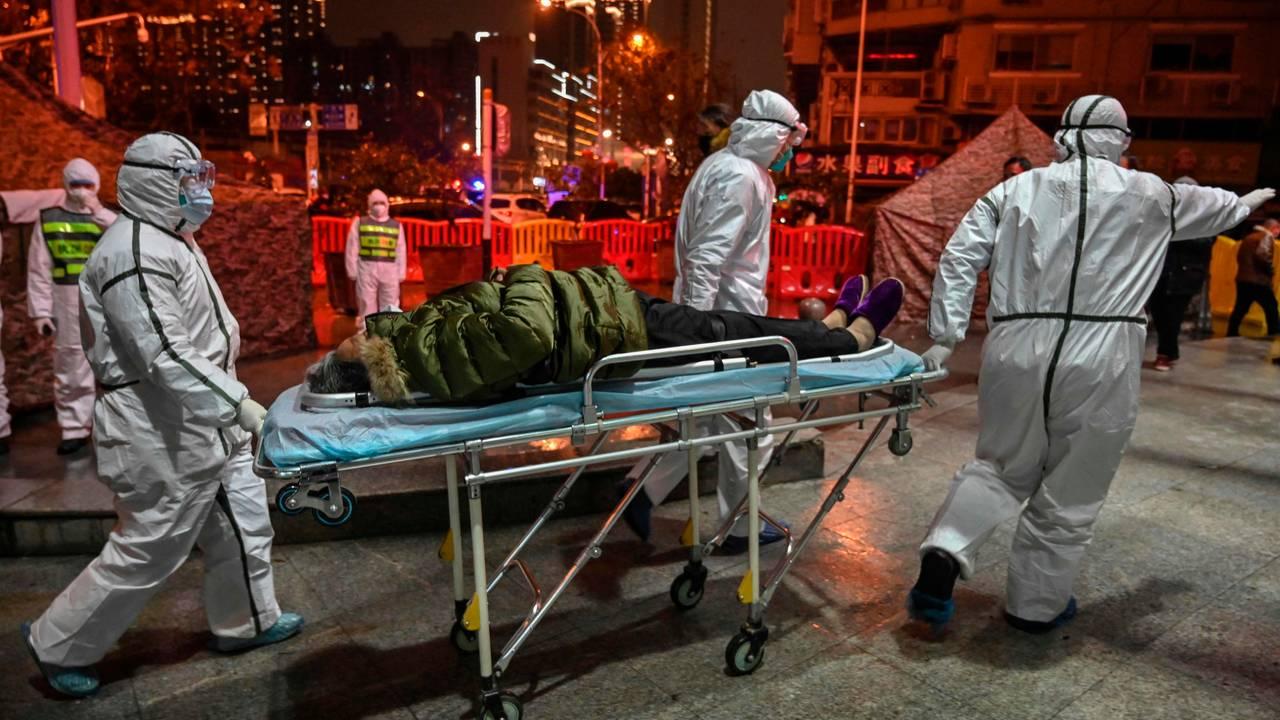 En pasient med Covid-19 ankommer sykehuset i Wuhan. 25. januar, 2020.