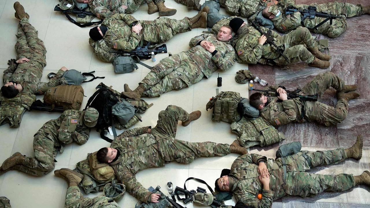 Soldater fra nasjonalgarden hviler i Kongressen