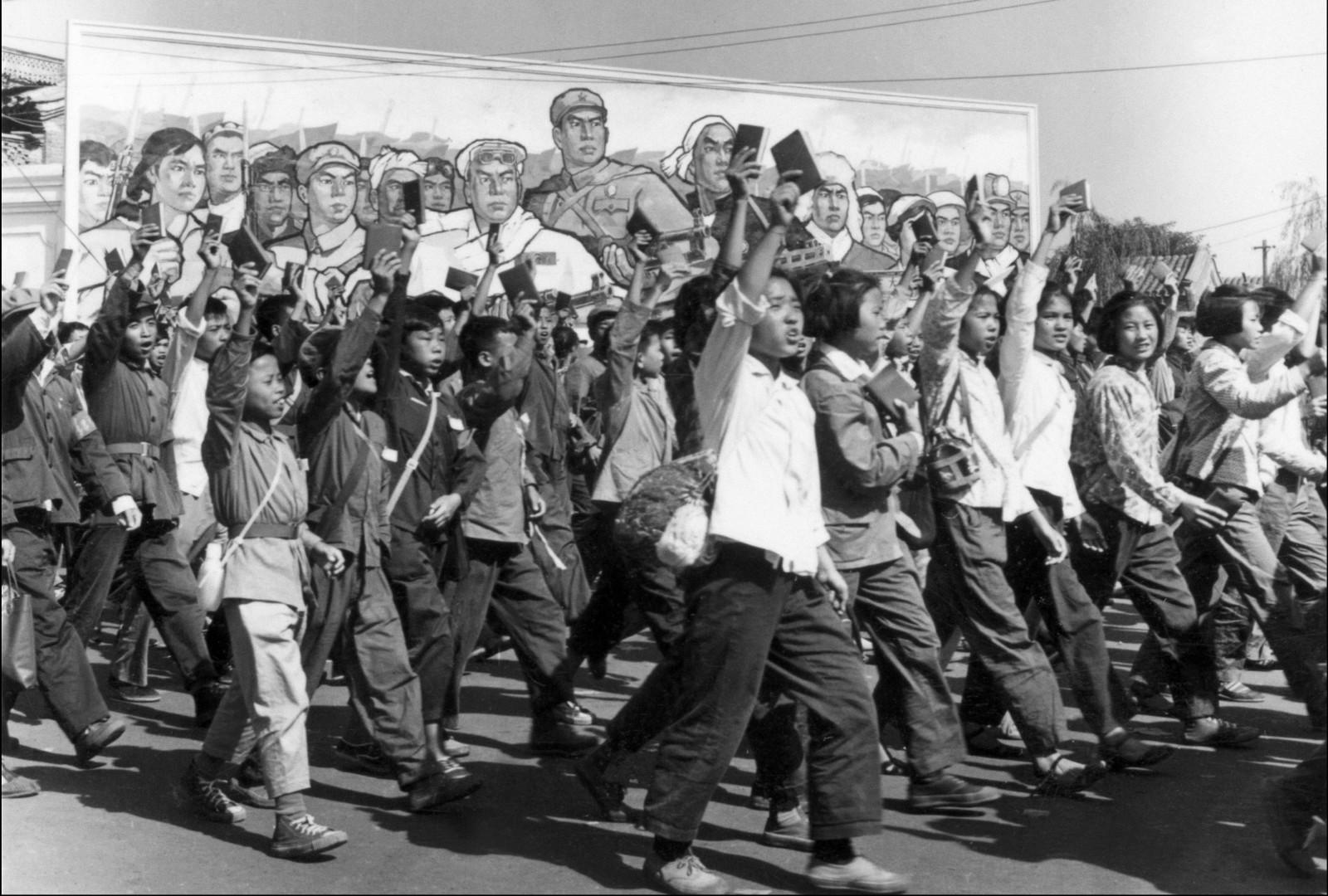 Studenter og skoleelever på marsj i Beijings gater i juni 1966 - få dager etter at Mao hadde sparket i gang kulturrevolusjonen.