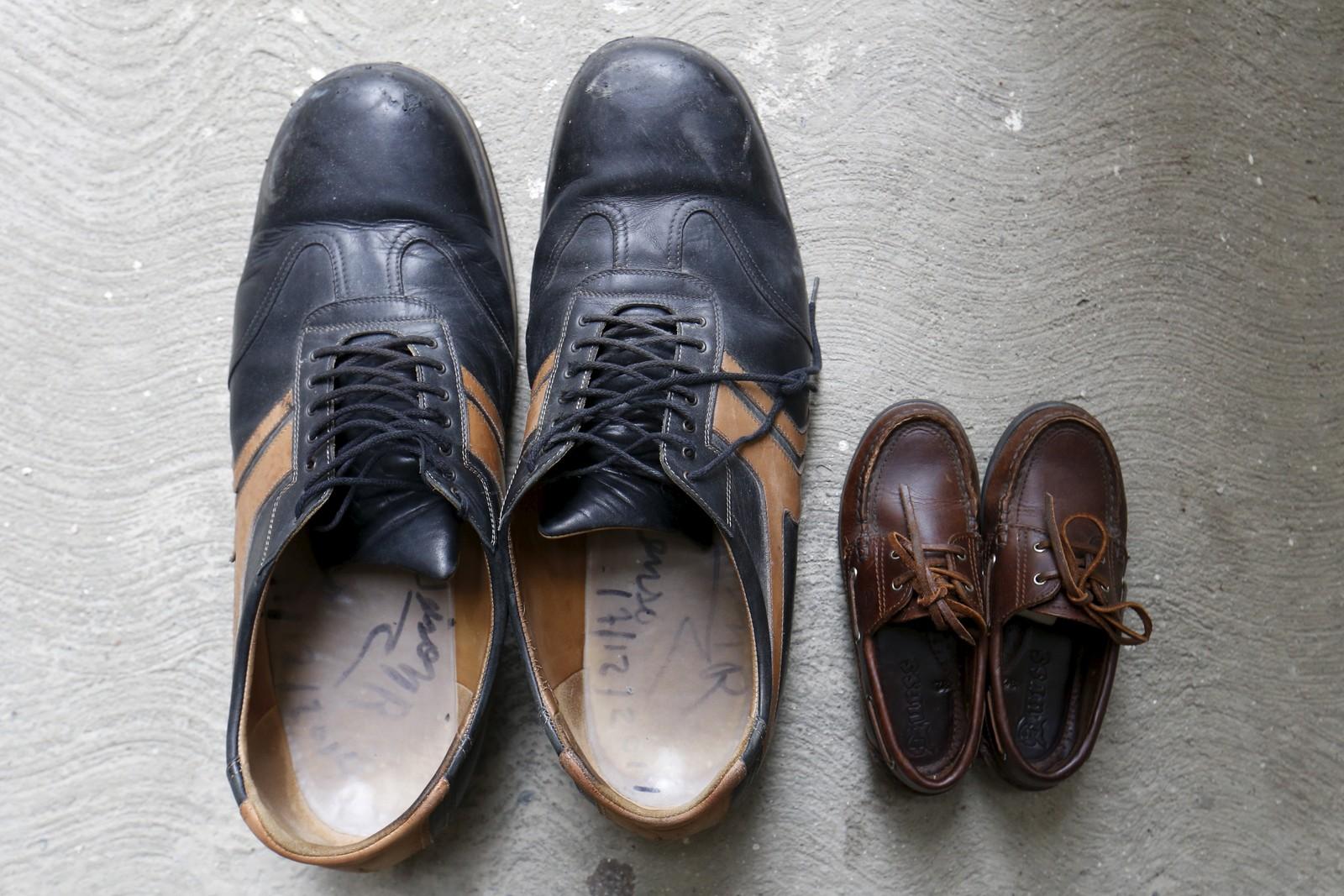 Til venstre står skoene til Jeison Rodriguez (20). Mannen fra Venezuela har trolig de største føttene i verden. Høyrefoten er 40,1 cm og venstrefoten 39,6 cm. Nevøens sko står ved siden av, men det står ikke hvilken størrelse disse er. Til sammenligning tilsvarer størrelse 40 24,5 cm og størrelse 48,5 tilsvarer 29,2 cm.