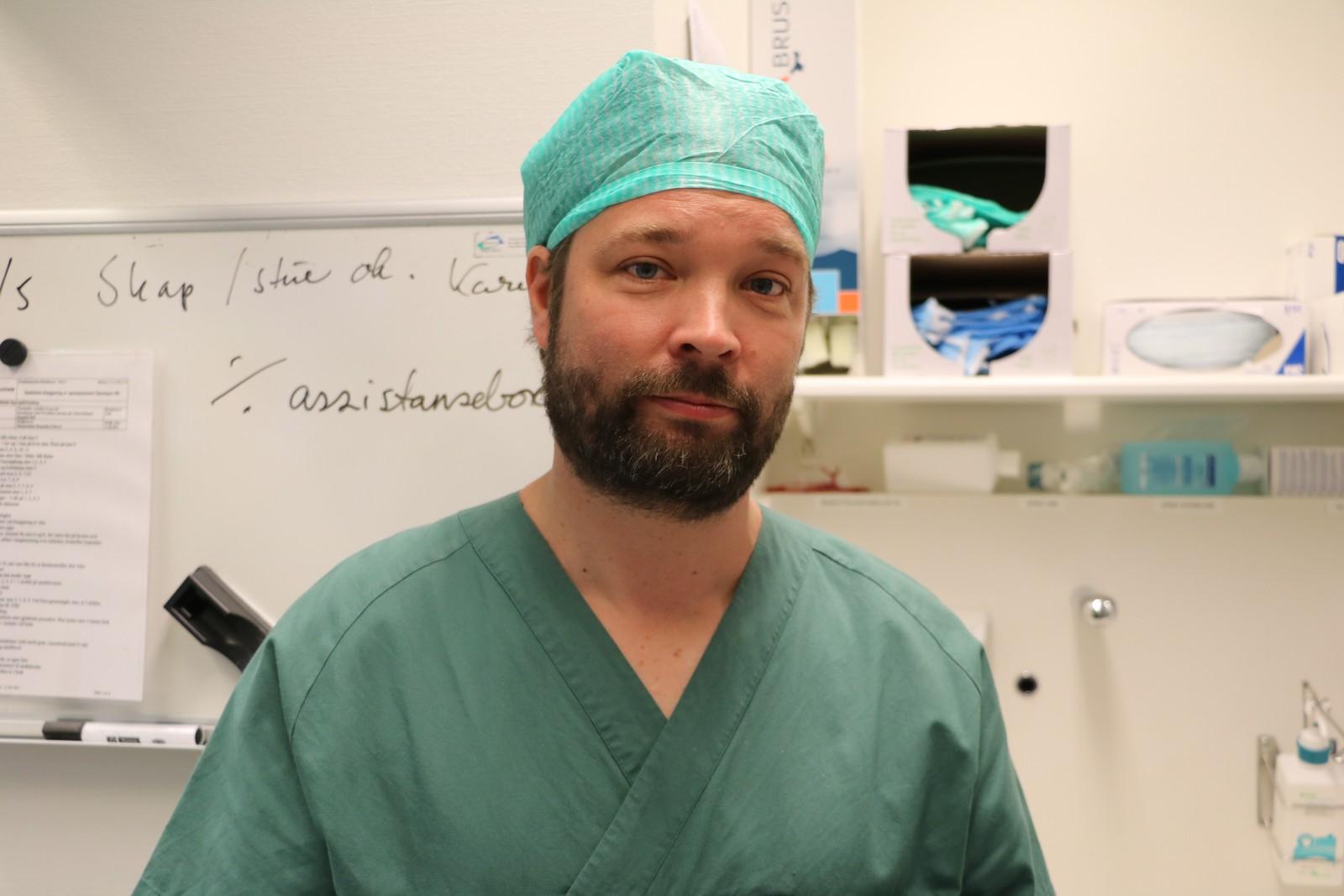 Sven Løffeler synes det er mye mer behagelig å operere med hjelp fra roboten.