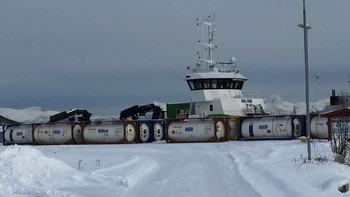 Fra kai på Drag i Tysfjord har disse konteinerne med lusemiddel blitt fraktet ut til oppdrettsanleg
