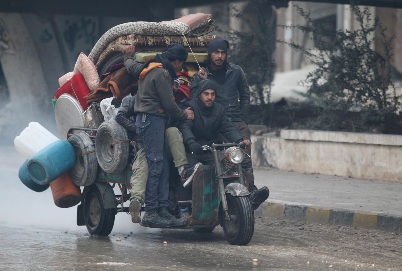 En gruppe menn flykter lenger inn i områdene kontrollert av opprørsstyrkene i Øst-Aleppo. Regjeringsstyrkene tok denne uka kontroll over gamlebyen.