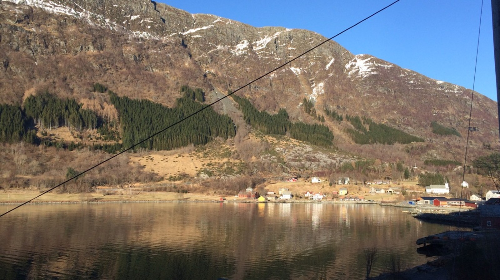 Stongfjorden i sol.