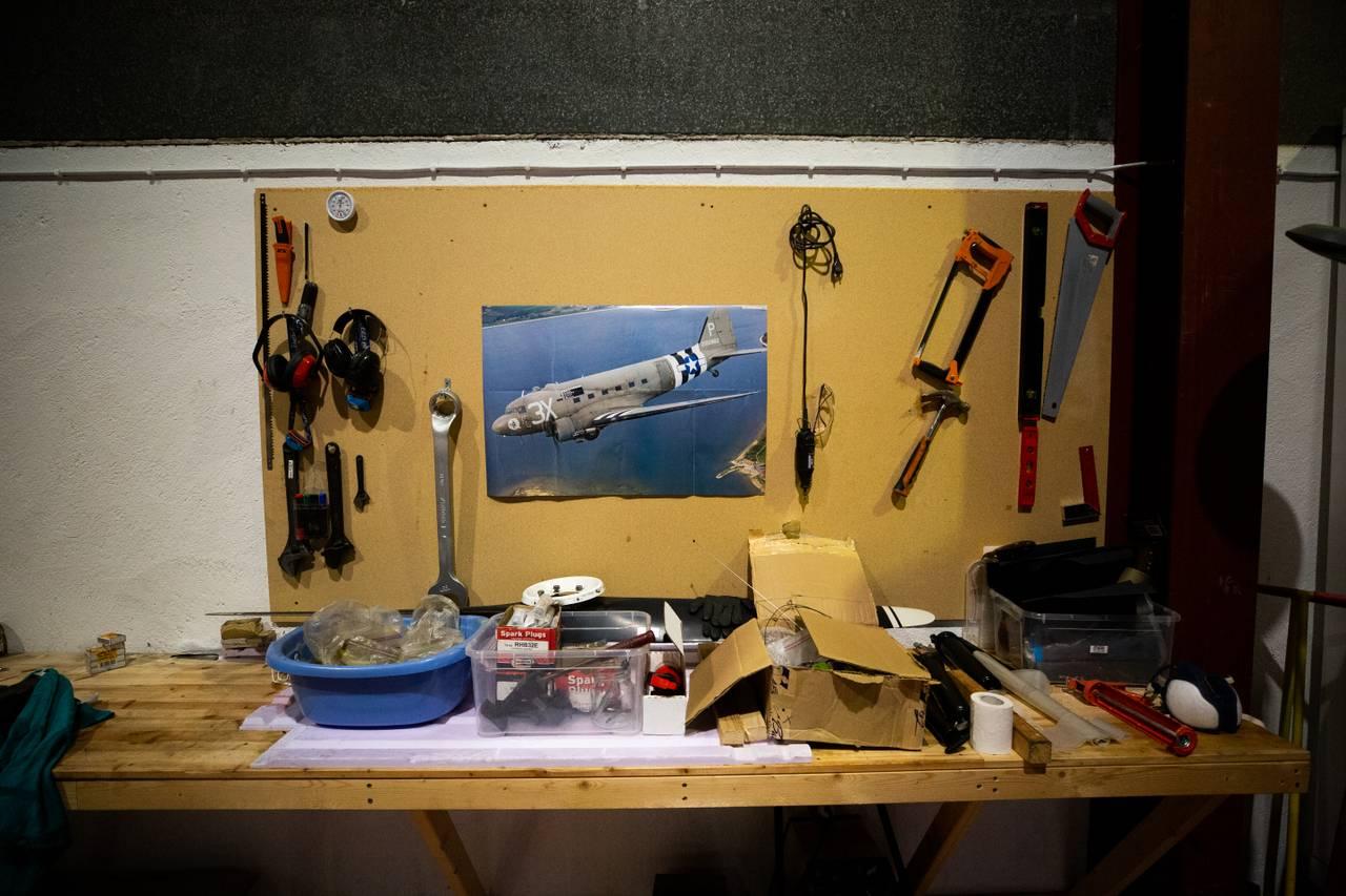 Mekkebord inne i hangaren til Leidulf Heskje