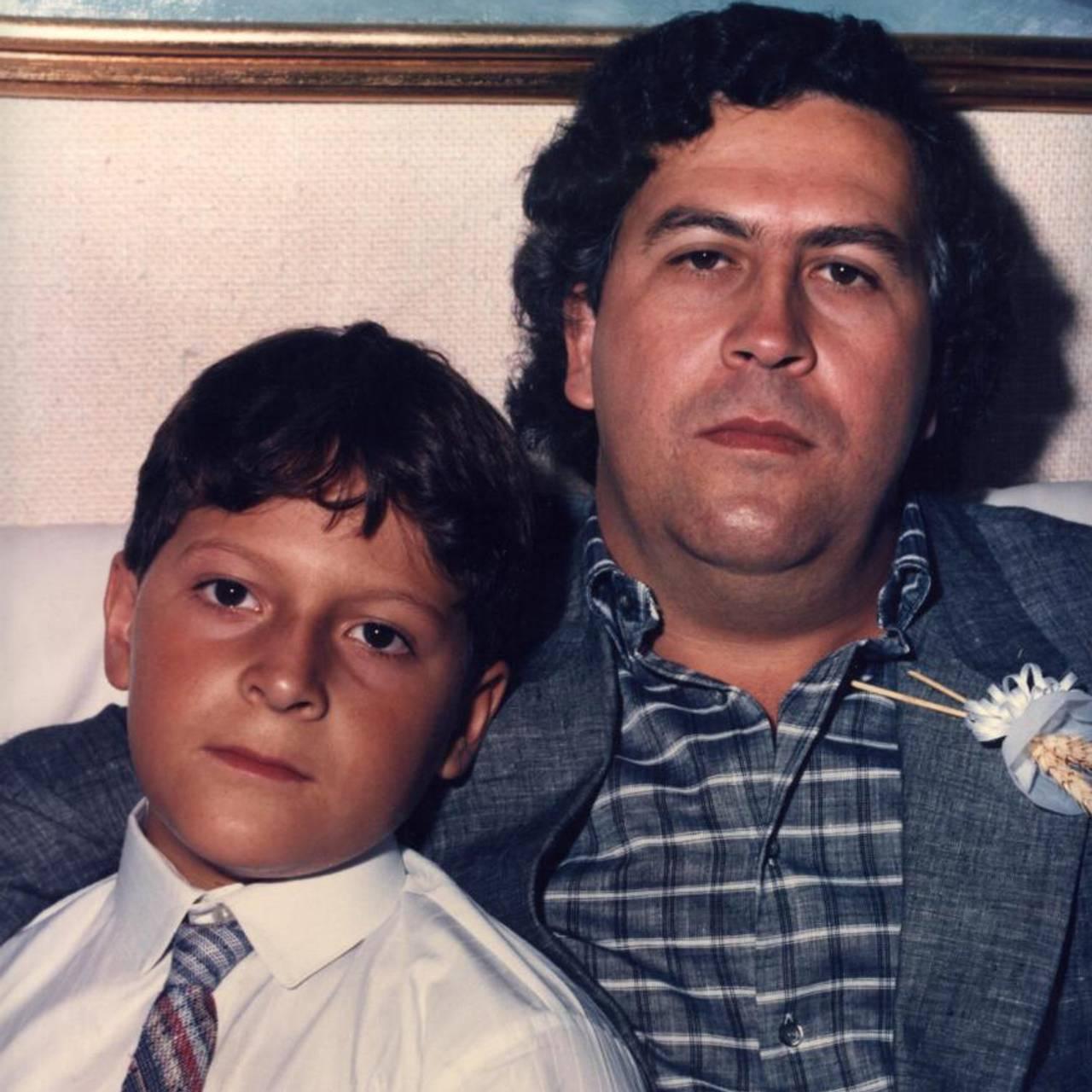 Juan Pablo med faren under sin første kommunion. (Den første nattverden er en katolsk seremoni)