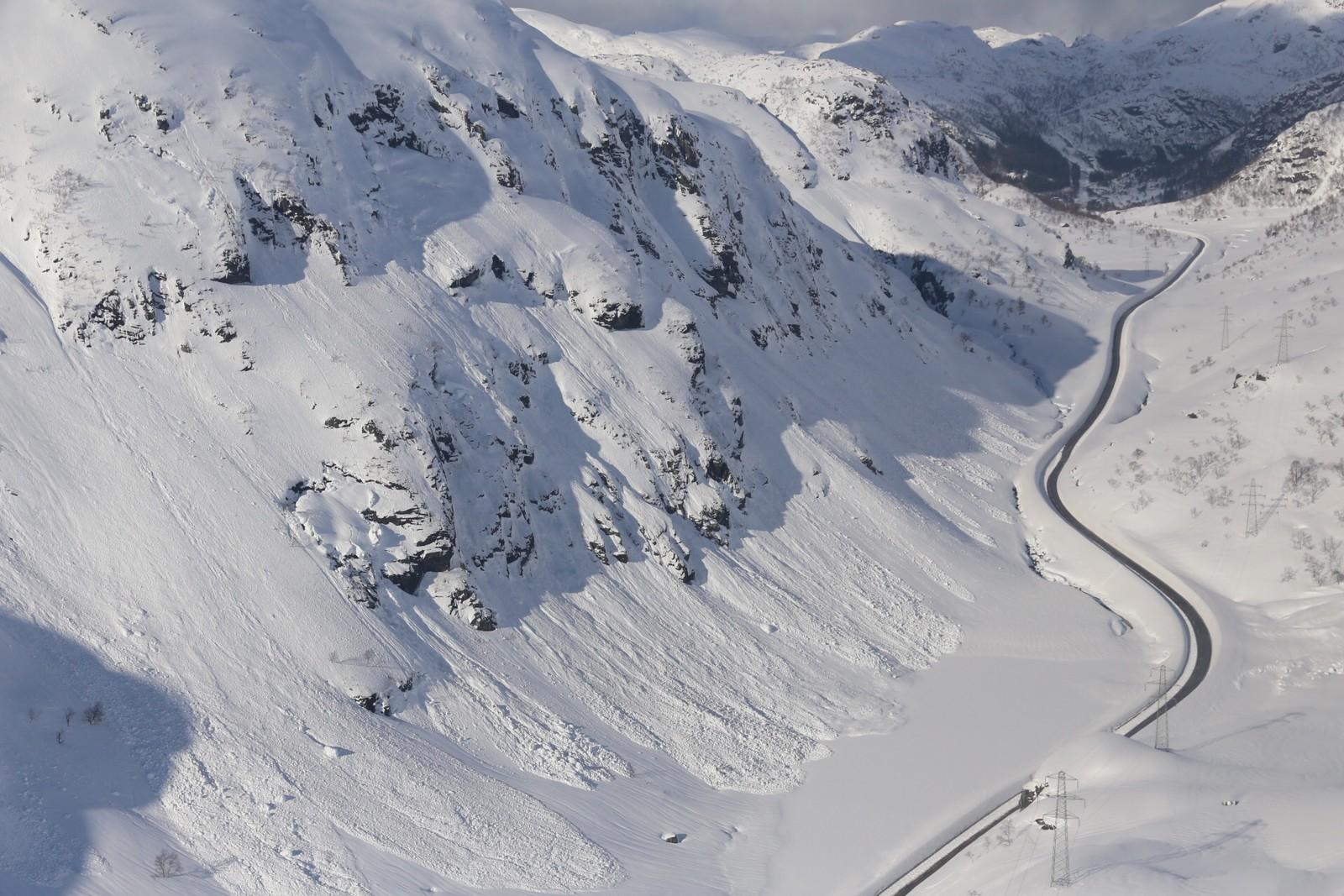 Det har gått fleire snøskred i Romarheimsdalen måndag. Her frå eit område lenger sør for søndagens skred.