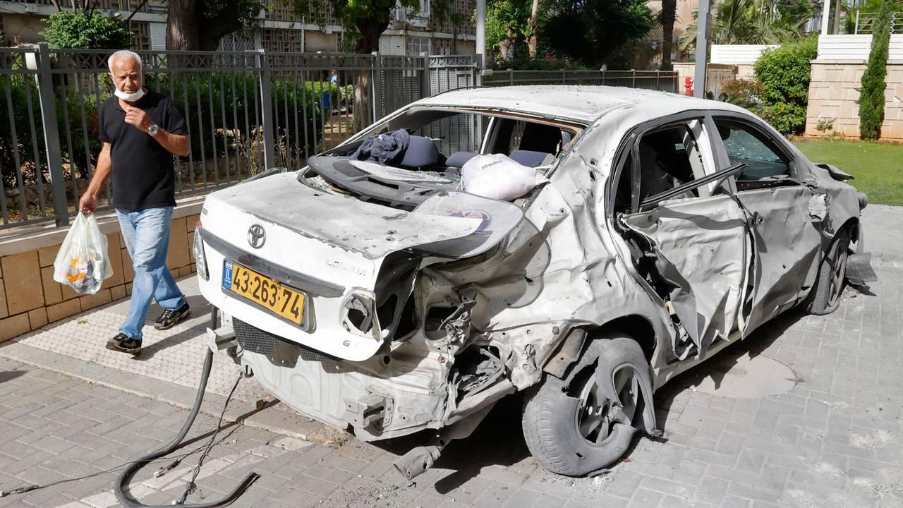 Ødelagt bil i den israelske byen Ashkelon etter at raketter sendt opp fra Gazastripen traff den.