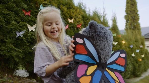 Norsk dramaserie. Sommerfugljakten. Lucy har fått en håv til å fange sommerfugler, men leken blir fort kjedelig når hun ikke finner noen sommerfugler i hagen.