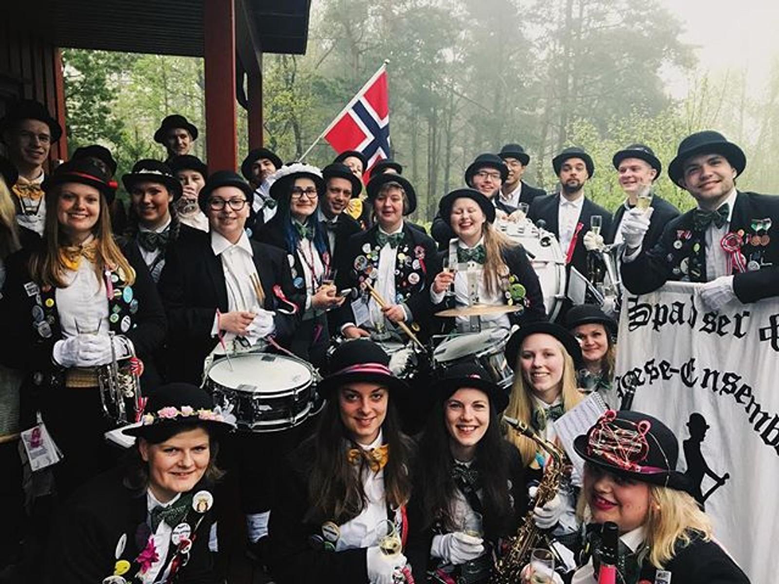 Blæsen studentorkester startet dagen med champagnefrokost. Takk til #Ingvildrokke for deling!