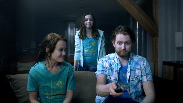 På leting etter Caroline møter gjengen Lisa. Hun inviterer dem hjem til seg. Men er det ikke noe rart med Lisa og familien hennes?