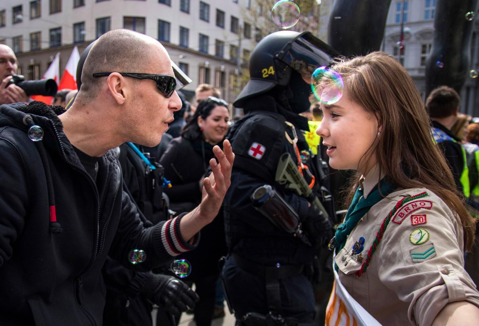 Den uredde 16-åringen Lucie Myslikova har hisset på seg en nynazist under en demonstrasjon i Brno i Tsjekkia.