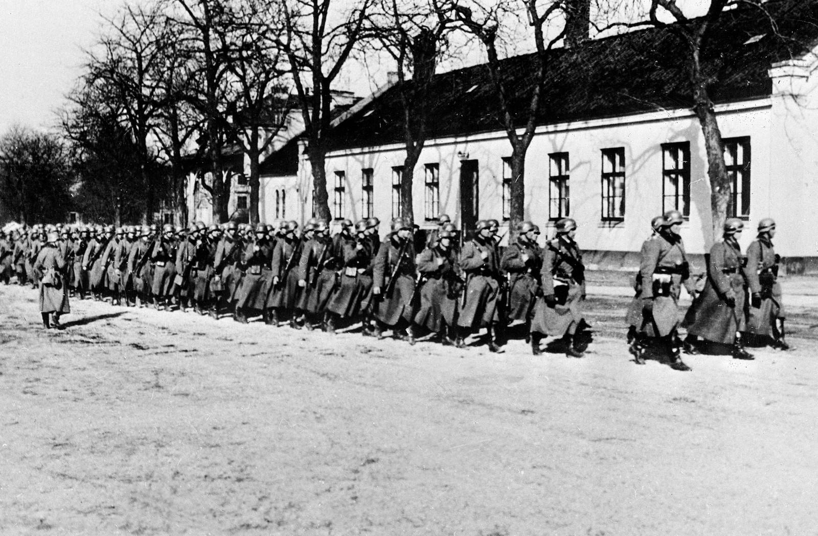 Tyske styrker rykker inn i Oslo og marsjerer her på Festningsplassen.
