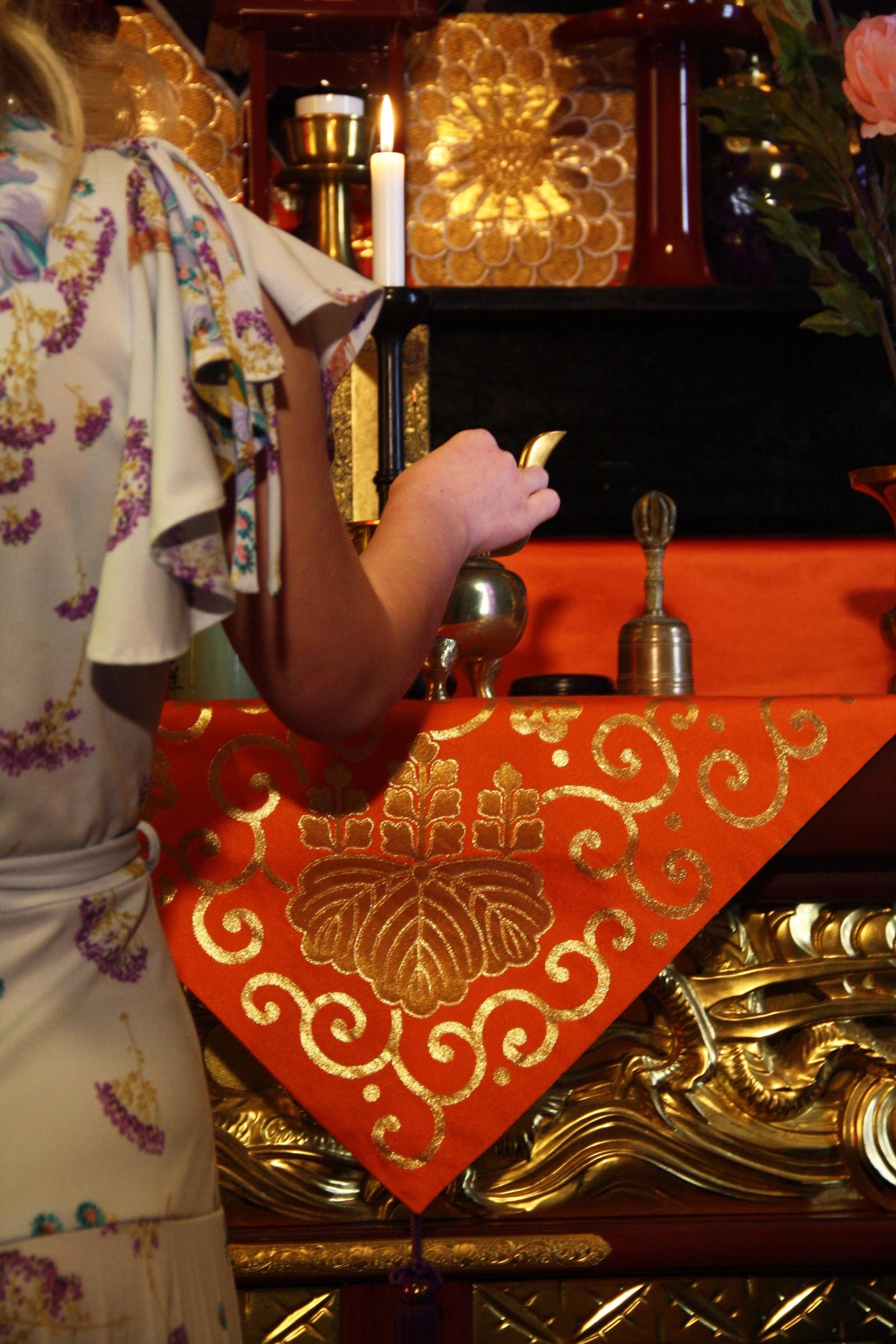 Alteret i tempelet består av et høyalter og et lavalter. Buddhistprest Såzen vil stå bak lavalteret under selve konfirmasjonen. Alteret er utsmykket med flere symbol og gjenstander som er knyttet til buddhismen.