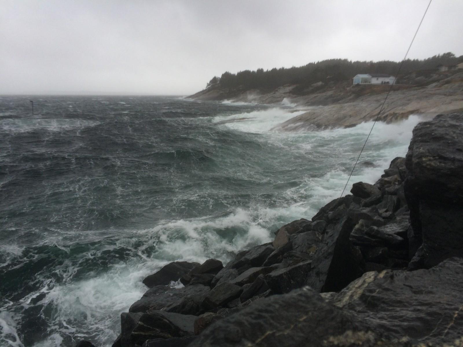 BRYGGER OPP: Kleppesjøen på Sotra viste tegn på ekstremværet tydelige to timer før stormen treffer Hordaland og vestlandet.