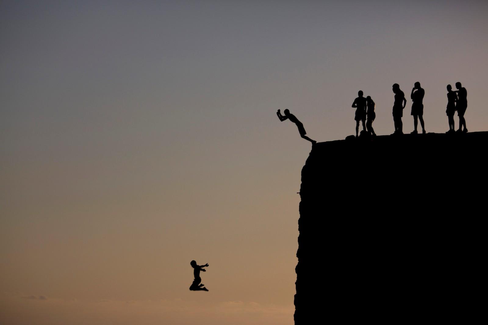 Fra muren som omringer gamlebyen i Acre, Israel, kan man hoppe rett ut i Middelhavet.