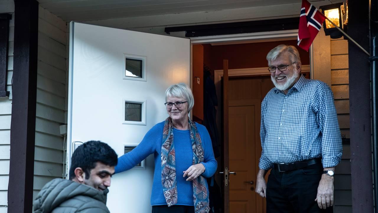 Inger Lise og Helge O. Gundersen står alltid klare på trappa når Ismael kjem på besøk. Denne gongen med norsk flagg - for å feire at han har vunne