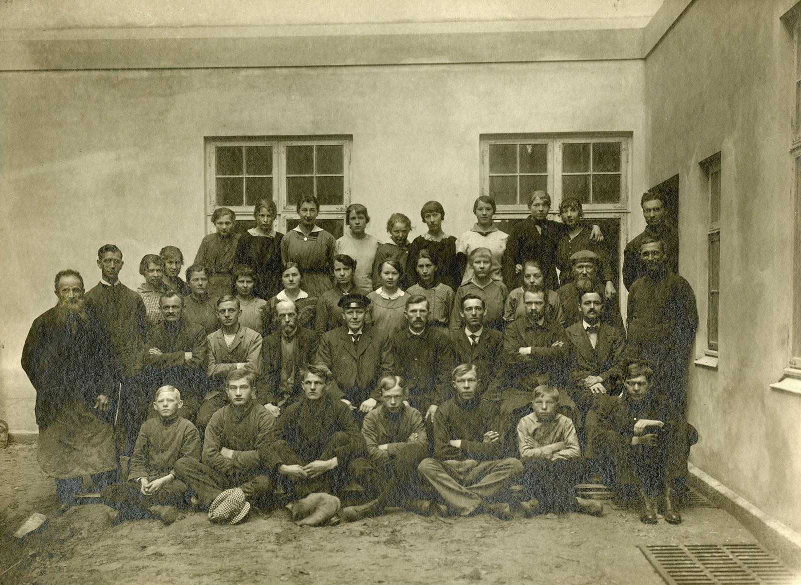 Ansatte ved Sandefjord Skofabrikk AS 1916. Navnene på de ansatte ser du på neste bilde.
