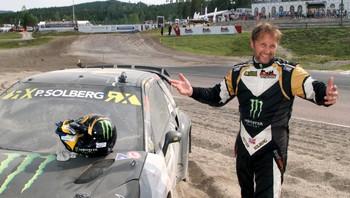 Petter Solberg slår ut med armene etter VM-runden i rallycross i Sverige