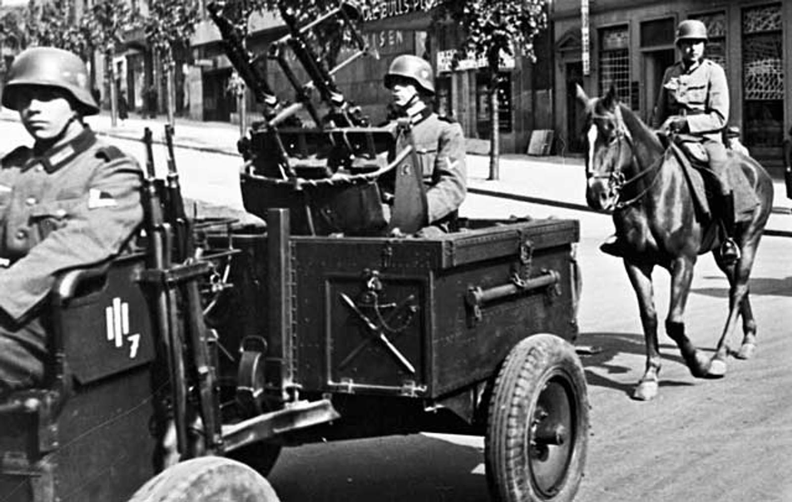 PARADE: Tyske styrker paraderer på Ole Bulls plass med hester og lett skyts på vogn.