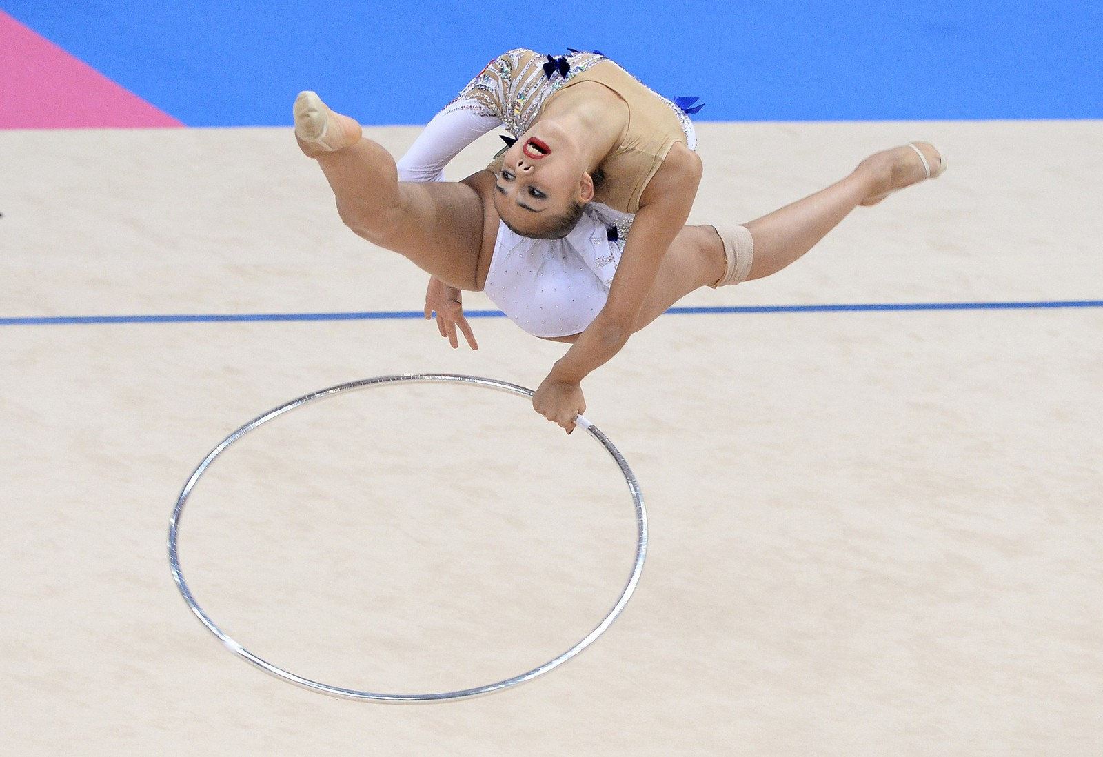 Russiske Margarita Mamun viser hvordan det skal gjøres i VM i rytmisk sportsgymnastikk.