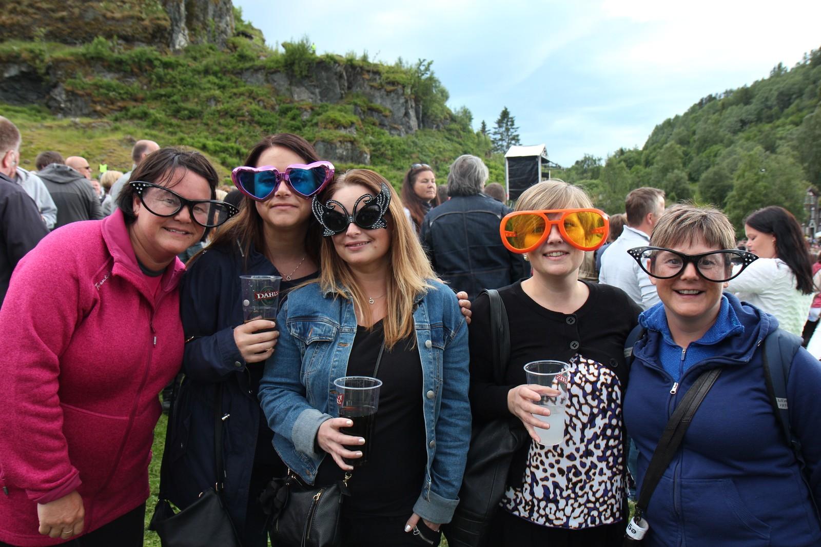 Fleire hadde også fargerike briller for å hylle britiske Elton John.