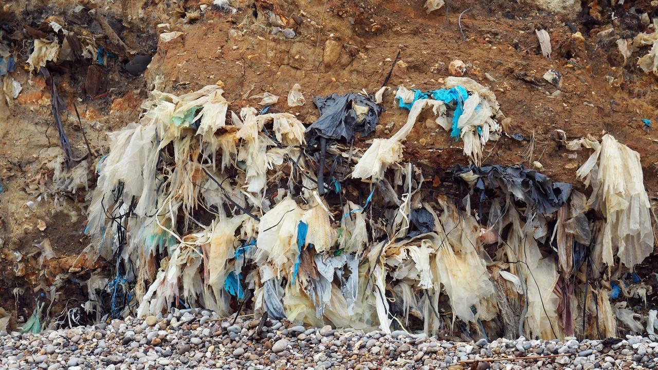 Plast tyter ut av klippen