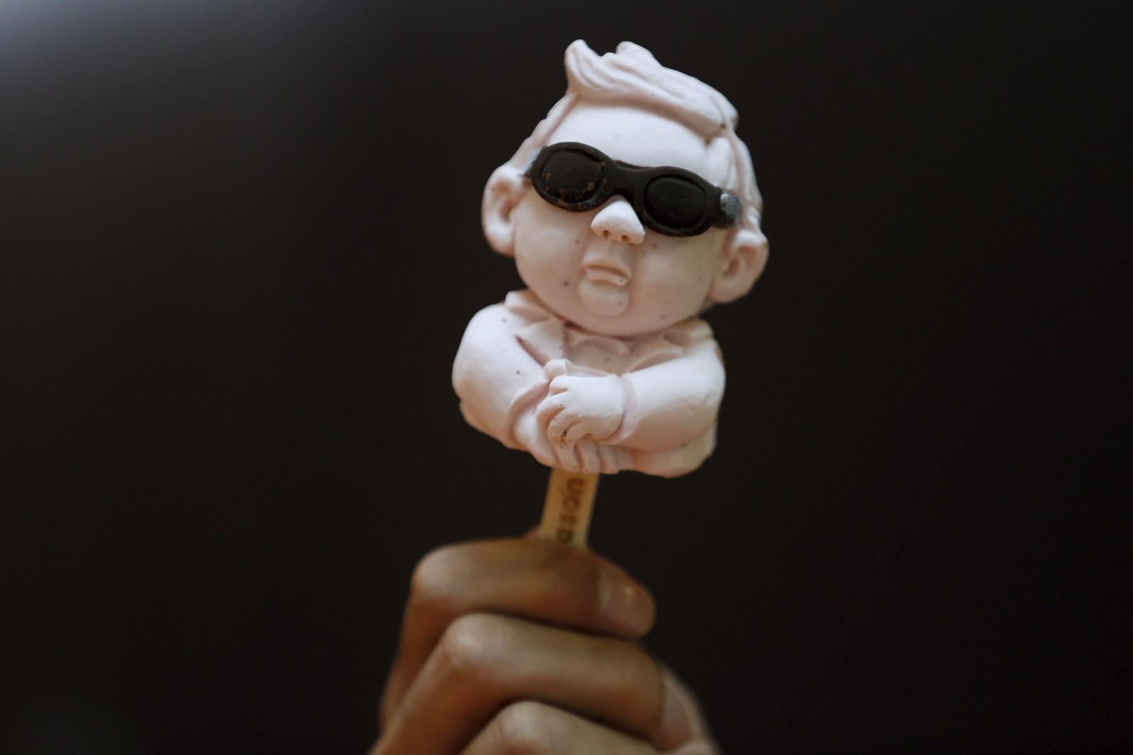 En 3D-printet ispinne formet som Nord-Koreas leder Kim Jong-un. Iskremen er laget ved iskrembutikken Iceason i Shanghai i Kina og kalles Sanpang, som er et kinesisk kallenavn for den nordkoreanske lederen.