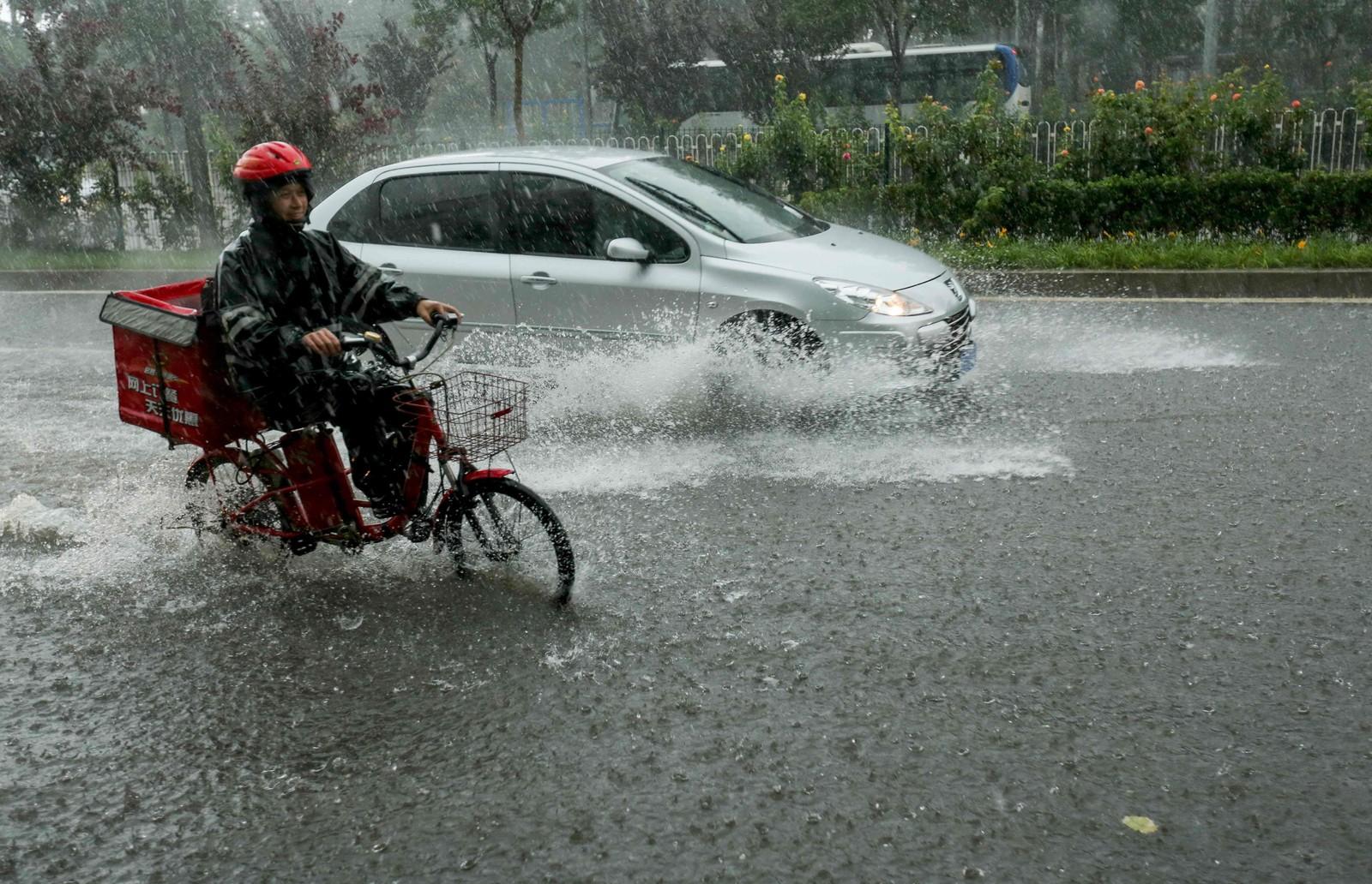 Flommen gjør det vanskelig, men ikke umulig å kjøre på veiene i Beijing