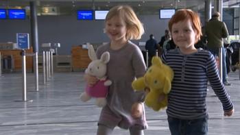 Alba Ørbeck-Nilssen (5) og Oliver Dahl (6) overtar rollene som Karsten og Petra.