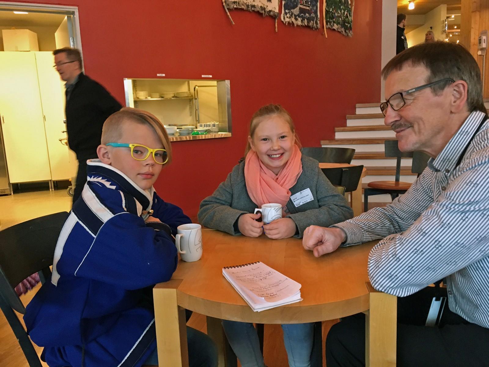 MØTE: Storm Andre Christensen (10), Eli Máret Kappfjell Gaup (9) og Kåre Balto fra Sametingets administrasjon snakker om hvordan det blir å møte Kongen.
