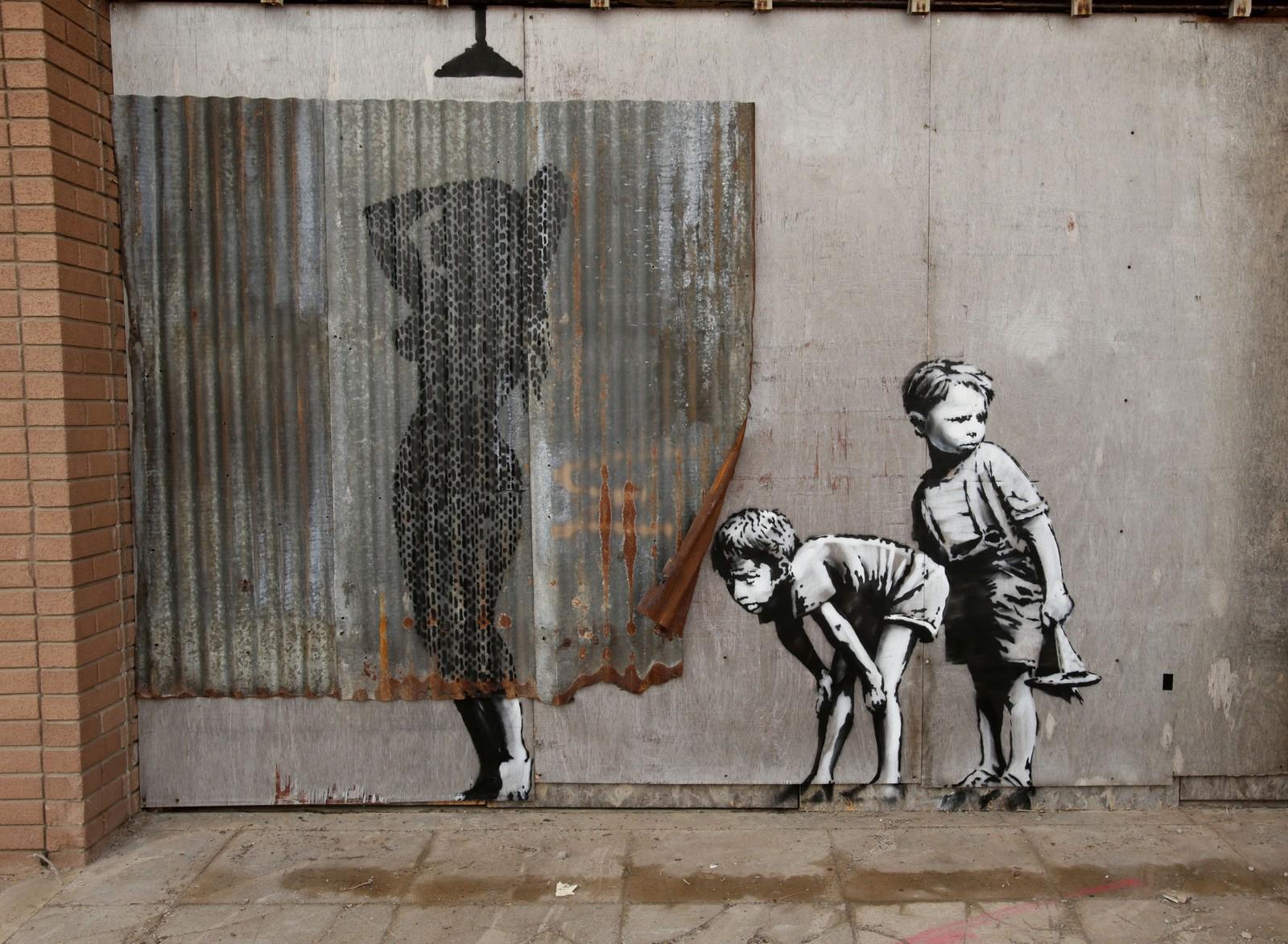 """Kunstneren Banksy åpna denne uka sin største utstilling noensinne. Under tittelen Dismaland (""""misfornøyelsespark"""") viser han fram både egne og andres verker. Utstillingen er plassert i Western-super-Mare, Somerset i England."""