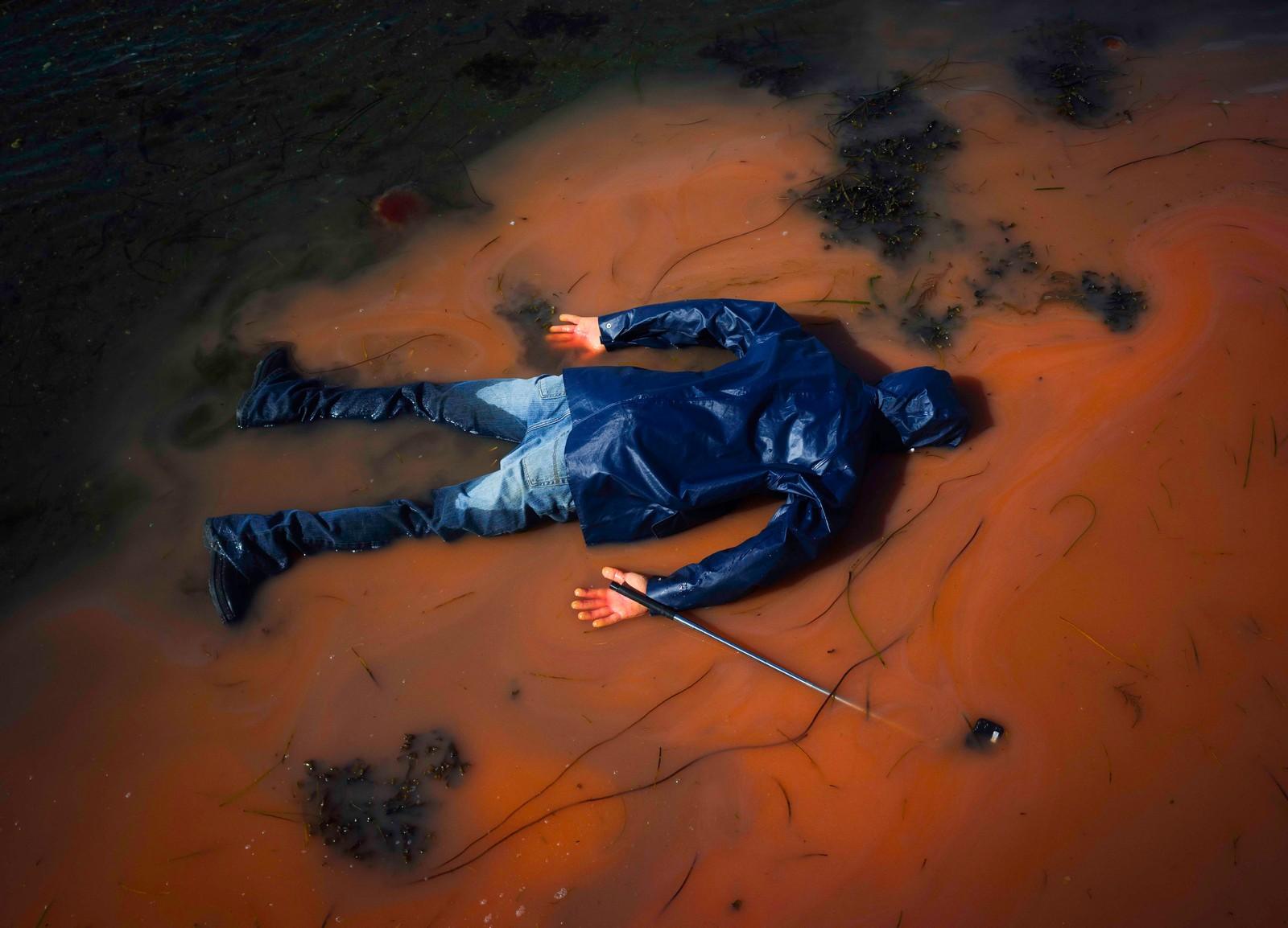 Kristoffer Eliassens «The Selfie Project» utforsker selfie-fenomenet i absurde situasjoner. Bildeserien tok tredjeplassen i kategorien «iscenesatt».