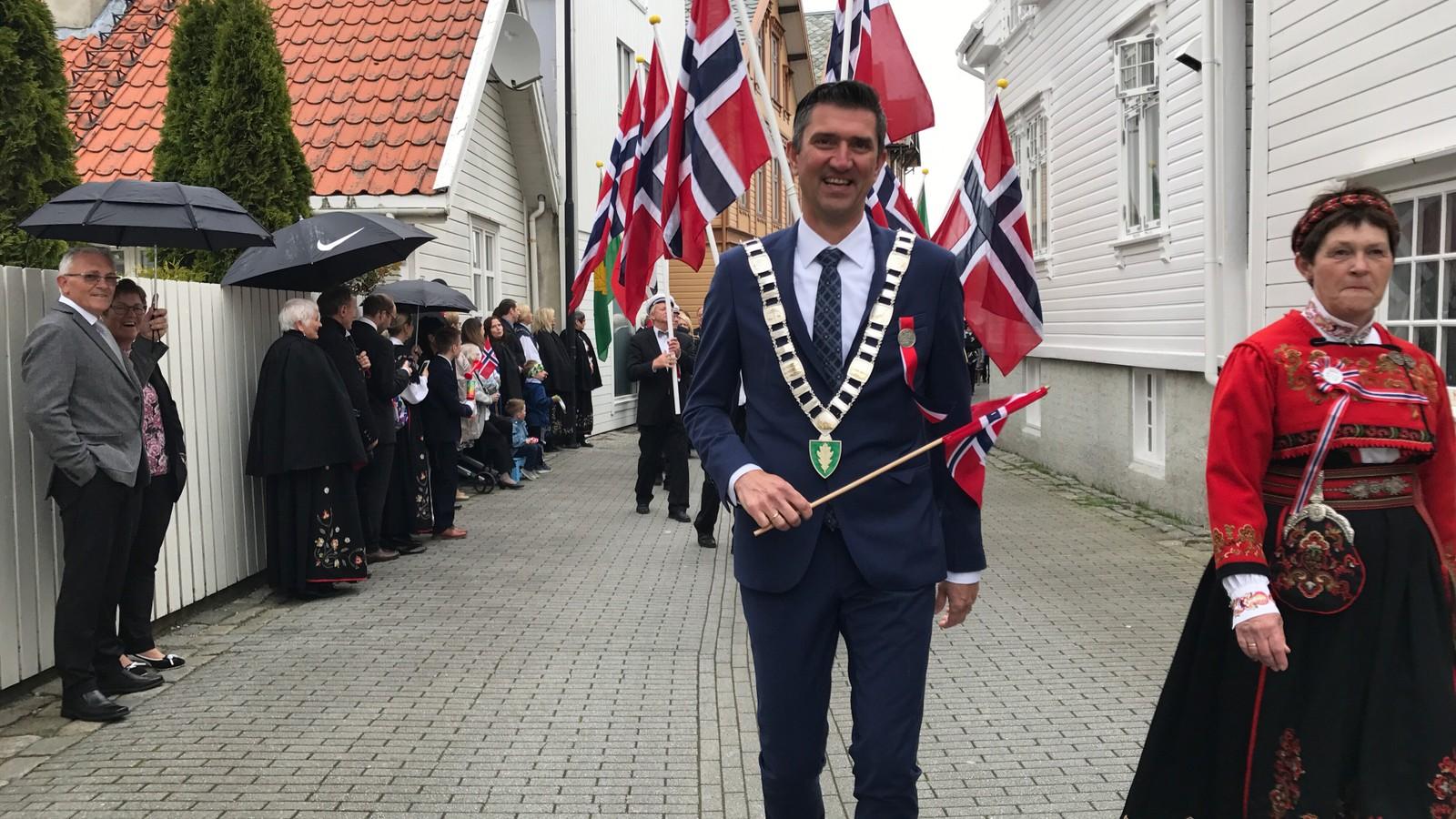Borgertoget i Egersund, anført av ordfører Odd Stangeland.
