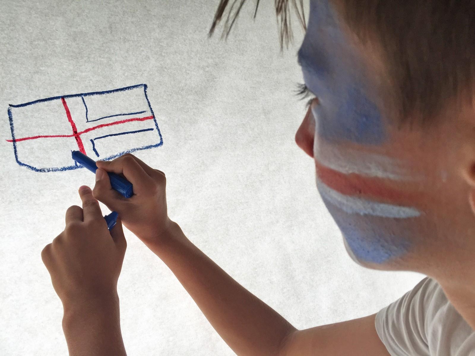 Simon Georg Harberg Sele gjør klar supportereffektene før EM-møtet mellom Island og Frankrike.