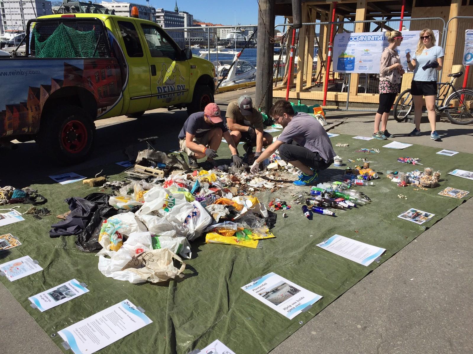 SORTERES: Ved Vågen i Bergen sorterte folk søppelet som ble plukke topp fra sjøen.