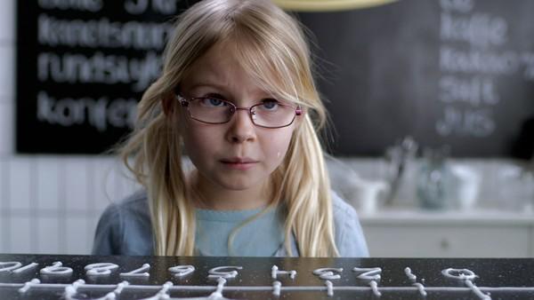 Norsk mattedrama. (2:12)Helene er alene i onkel Jans bakeri. En ublid bakeriinspektør er også der og prøver å gjøre det vanskelig for Helene. Men hun har jo MK-X!