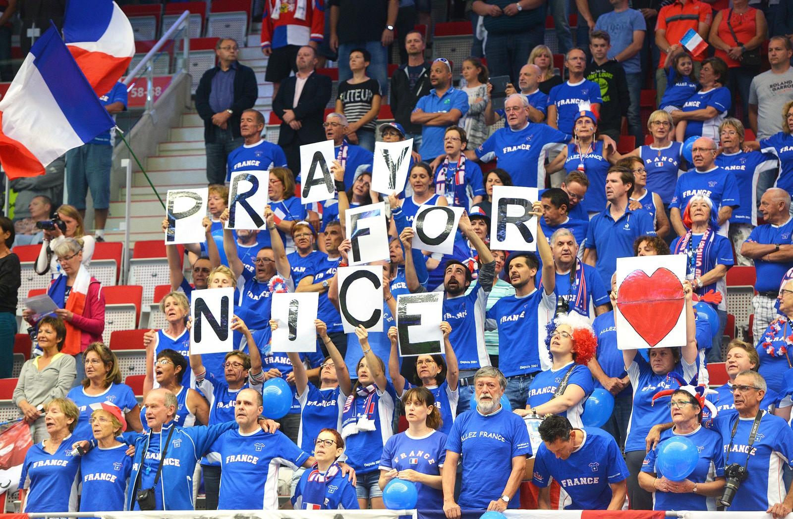 Ett minutts stillhet for terrorofrene ble markert da tennisturneringen Davies Cup ble åpnet i Trinec i Tsjekkia fredag.