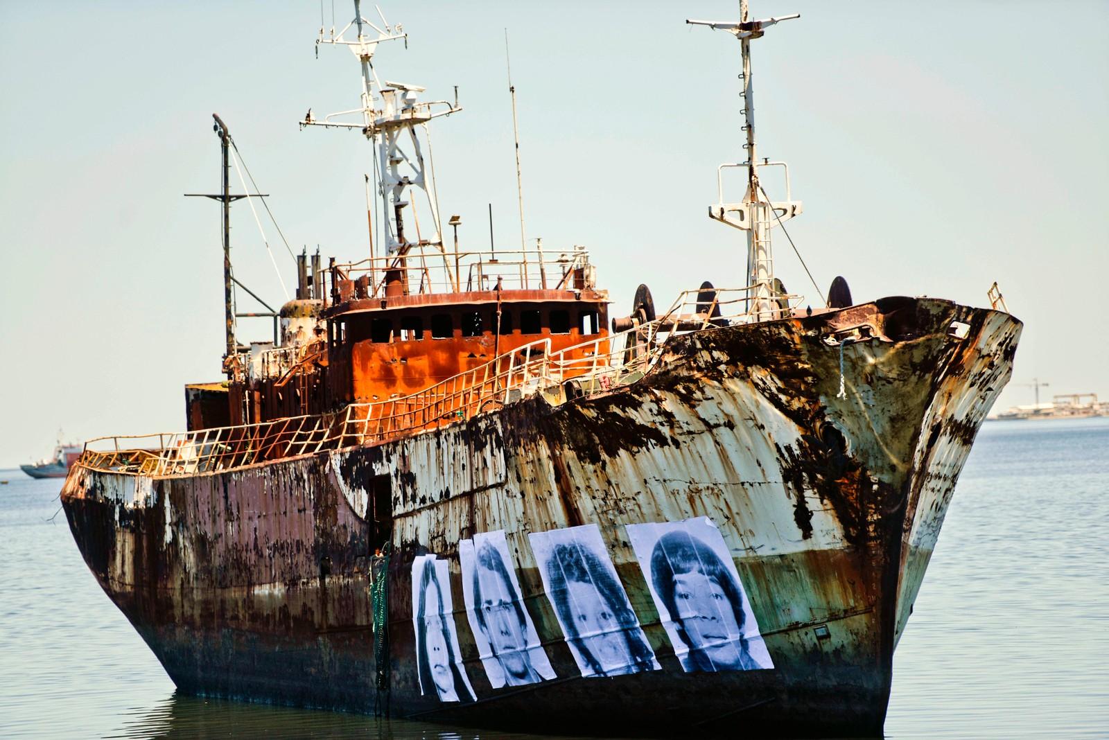 Bildene på skroget er uruguayanere som forsvant under diktaturet mellom 1973 og 1985. Prosjektet ble startet av fotografen Augustin Fernandez for å rette oppmerksomhet mot den manglende etterforskningen av disse forsvinningene.